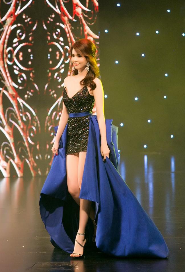 Đêm Hội Chân Dài 12: Không diễn kiểu Victorias Secret, Ngọc Trinh đằm thắm đến lạ khi catwalk với đầm dạ hội - Ảnh 1.