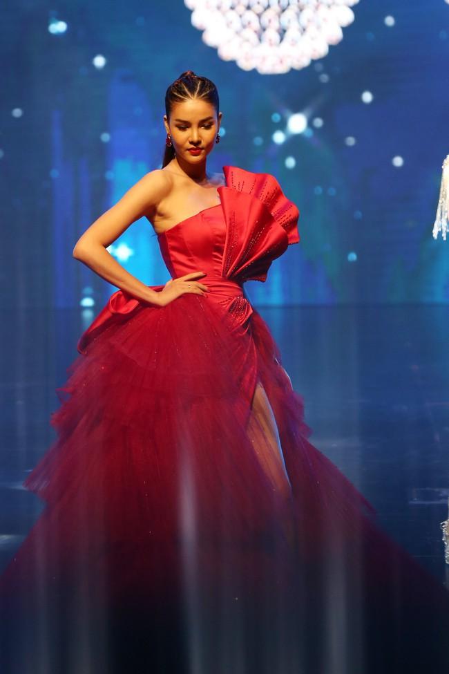 Đêm Hội Chân Dài 12: Không diễn kiểu Victorias Secret, Ngọc Trinh đằm thắm đến lạ khi catwalk với đầm dạ hội - Ảnh 3.