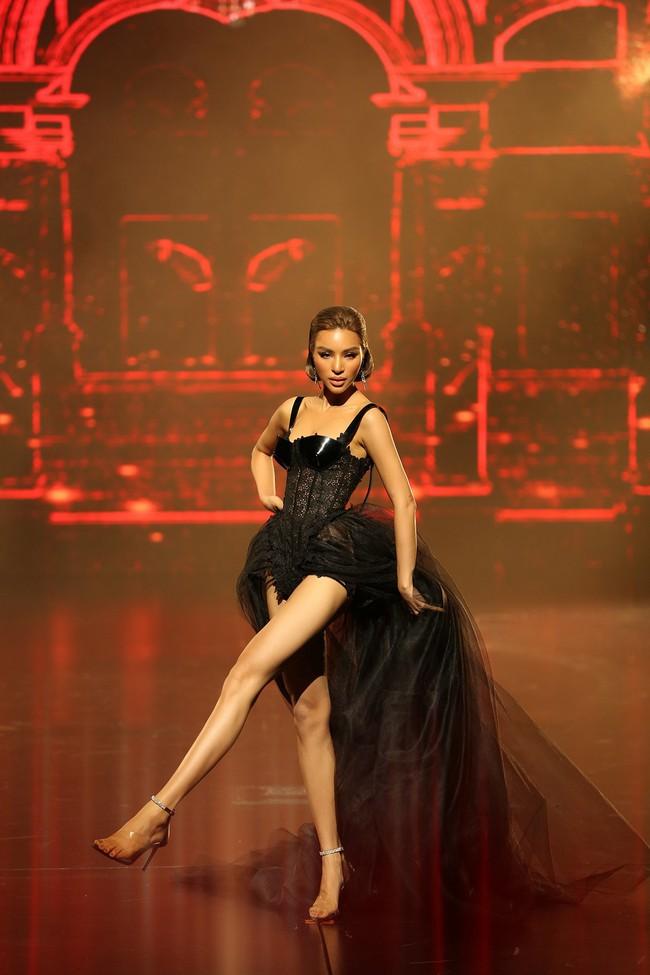 Đêm Hội Chân Dài 12: Không diễn kiểu Victorias Secret, Ngọc Trinh đằm thắm đến lạ khi catwalk với đầm dạ hội - Ảnh 9.