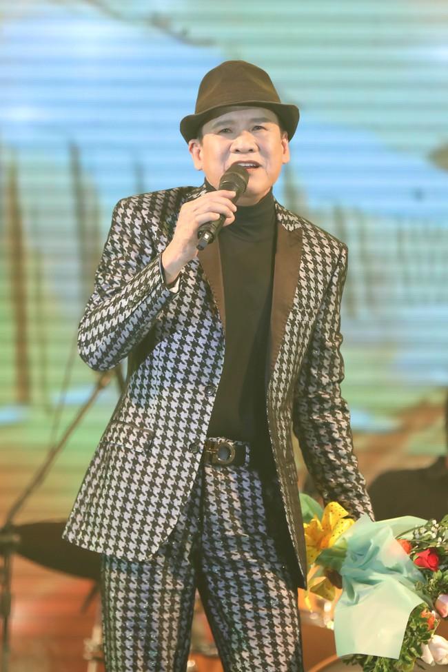 Phi Nhung gây ngỡ ngàng khi giật hoa trên tay Tuấn Vũ, ném xuống sàn trong đêm liveshow - Ảnh 3.