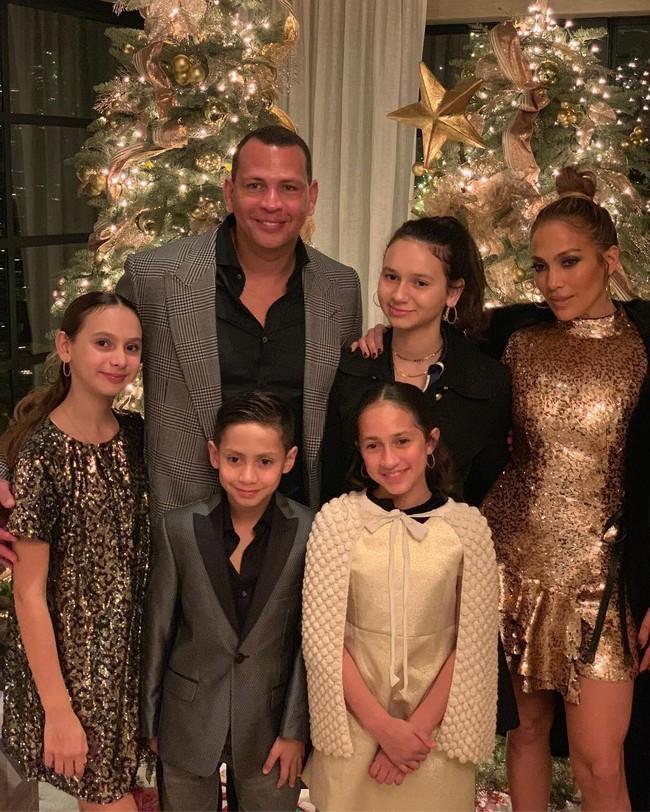 Jennifer Lopez chính thức đính hôn ở tuổi 50 sau 3 cuộc hôn nhân đổ vỡ, chiếc nhẫn trăm tỷ bạn trai cô tặng gây chú ý - Ảnh 4.