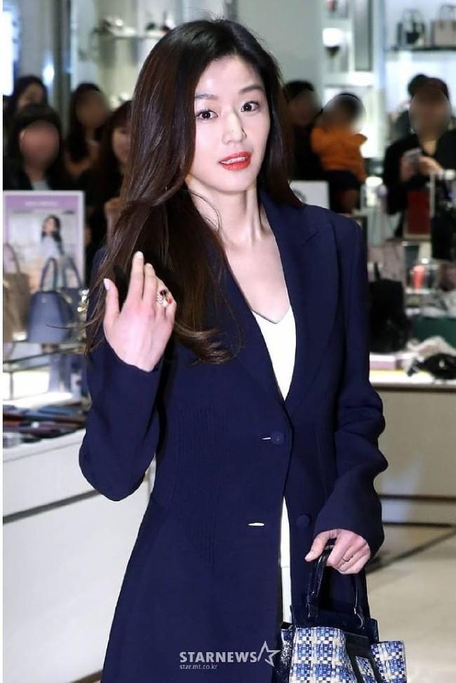 Đẹp không góc chết thế này, bảo sao Jeon Ji Hyun chỉ makeup sương sương, ăn vận đơn giản mà vẫn khiến dân tình ngẩn ngơ - Ảnh 2.