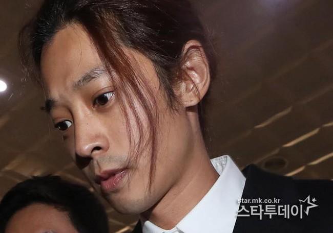 """""""Kẻ biến thái"""" Jung Joon Young lộ diện tại sở cảnh sát, khung cảnh hỗn loạn phản ánh sự phẫn nộ của dư luận xứ Hàn - Ảnh 6."""