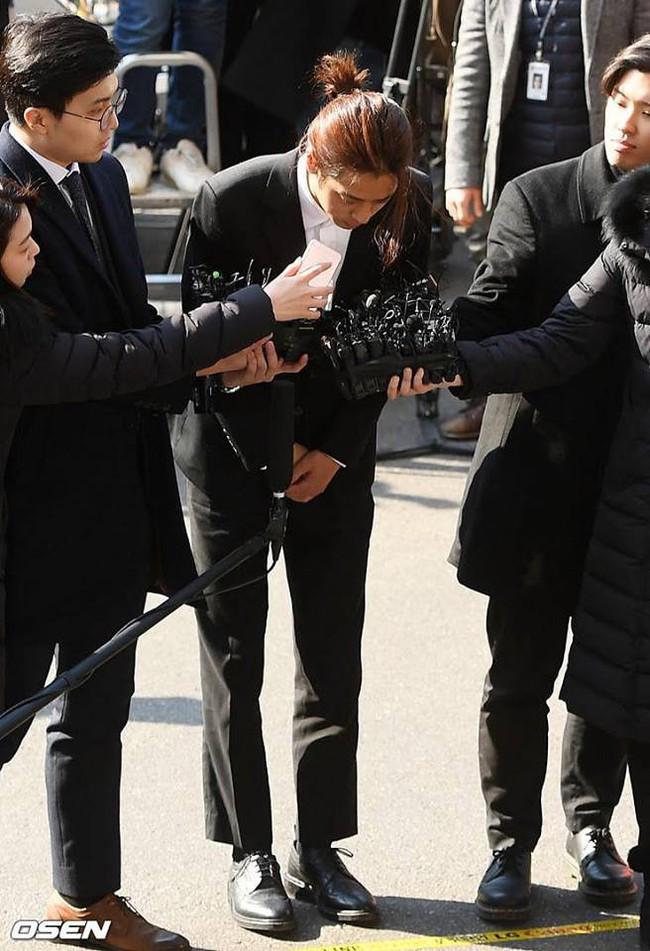 """""""Kẻ biến thái"""" Jung Joon Young lộ diện tại sở cảnh sát, khung cảnh hỗn loạn phản ánh sự phẫn nộ của dư luận xứ Hàn - Ảnh 1."""