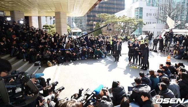 """""""Kẻ biến thái"""" Jung Joon Young lộ diện tại sở cảnh sát, khung cảnh hỗn loạn phản ánh sự phẫn nộ của dư luận xứ Hàn - Ảnh 3."""