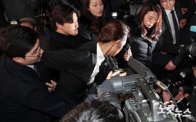 """""""Kẻ biến thái"""" Jung Joon Young lộ diện tại sở cảnh sát, khung cảnh hỗn loạn phản ánh sự phẫn nộ của dư luận xứ Hàn - Ảnh 9."""
