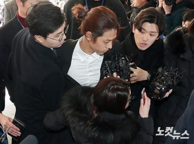 """""""Kẻ biến thái"""" Jung Joon Young lộ diện tại sở cảnh sát, khung cảnh hỗn loạn phản ánh sự phẫn nộ của dư luận xứ Hàn - Ảnh 10."""