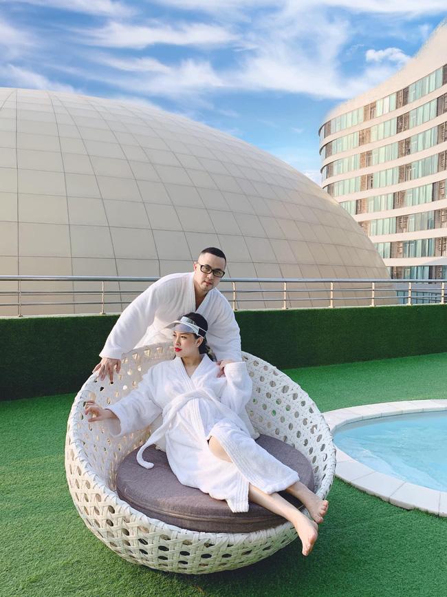 Chị dâu Bảo Thy ôm bụng bầu tình tứ bên ông xã, nhưng bức ảnh trang điểm bên bể bơi mới hút sự chú ý - Ảnh 2.