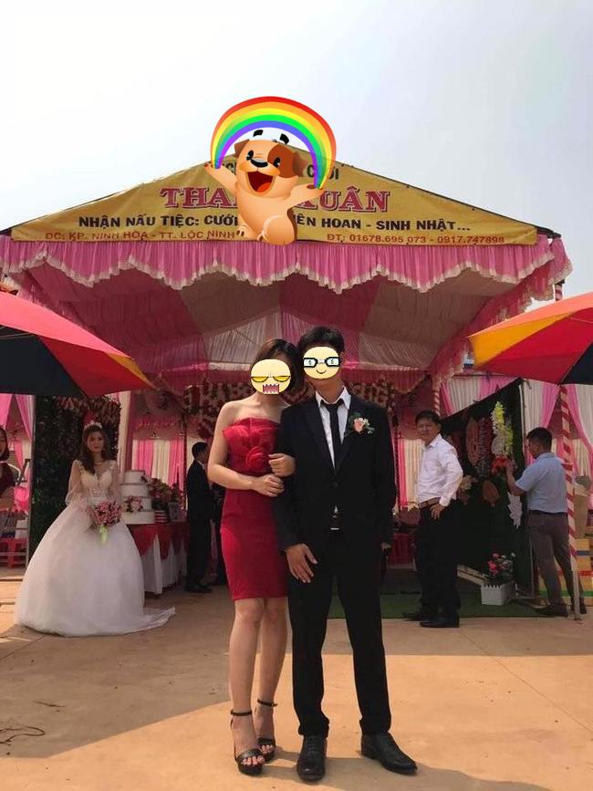 Chiếc ảnh cô nàng váy đỏ ôm tay tựa đầu vào chú rể giữa rạp cưới rất xinh cho đến khi dân tình phát hiện ra cô dâu phía sau - Ảnh 1.