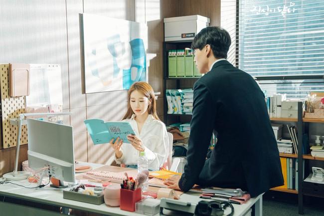 Lee Dong Wook - Yoo In Na lại bị nghi phim giả tình thật khi cùng nhau làm điều này trong hậu trường  - Ảnh 1.