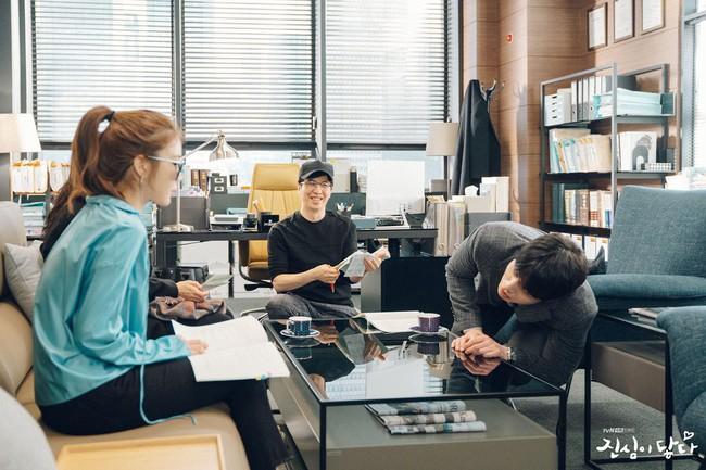 Lee Dong Wook - Yoo In Na lại bị nghi phim giả tình thật khi cùng nhau làm điều này trong hậu trường  - Ảnh 2.