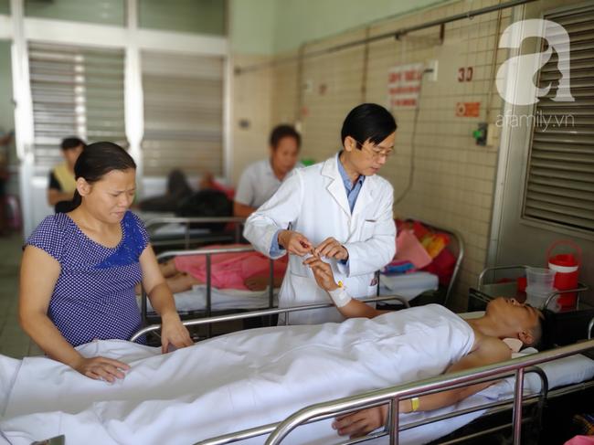 Người chồng bị liệt vì lao lực kiếm tiền nuôi vợ mù và 3 con nhỏ được ủng hộ 110 triệu đồng, đã xuất viện - Ảnh 7.