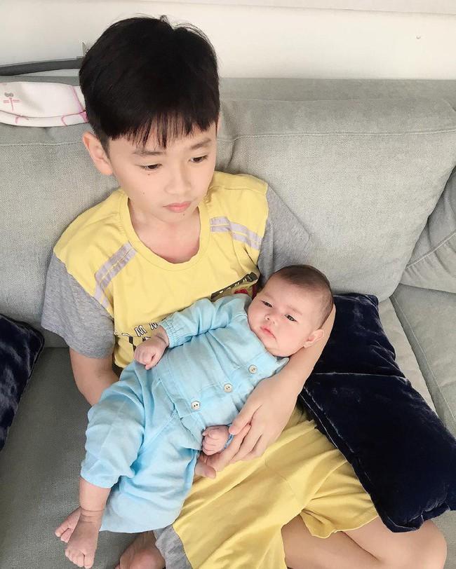 Cùng phải làm anh, nhìn con trai Thân Thúy Hà, Thanh Thúy chăm em khéo hết cả phần mẹ, nhưng tới nhà Khánh Thi thì giật mình - Ảnh 5.