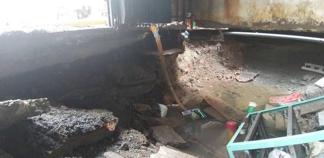 """TP.HCM: """"Hố tử thần"""" rộng 2 mét bất ngờ xuất hiện trong nhà dân do sự cố vỡ đường ống nước - Ảnh 1."""