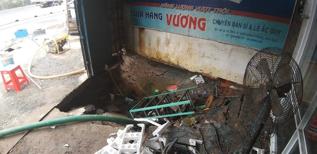 """TP.HCM: """"Hố tử thần"""" rộng 2 mét bất ngờ xuất hiện trong nhà dân do sự cố vỡ đường ống nước - Ảnh 2."""