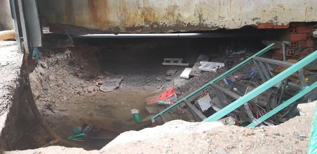 """TP.HCM: """"Hố tử thần"""" rộng 2 mét bất ngờ xuất hiện trong nhà dân do sự cố vỡ đường ống nước - Ảnh 4."""