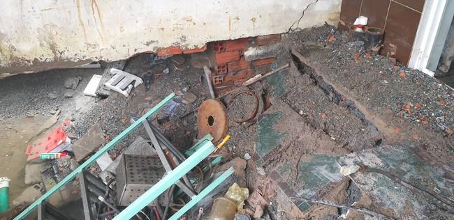"""TP.HCM: """"Hố tử thần"""" rộng 2 mét bất ngờ xuất hiện trong nhà dân do sự cố vỡ đường ống nước - Ảnh 3."""