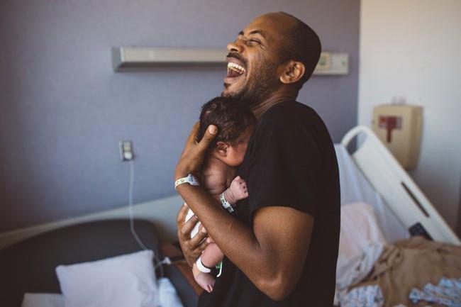 Ôi Con đã ra đời rồi ư? Loạt khoảnh khắc của những ông bố khi lần đầu gặp con khiến nhiều người bật cười đấy rồi lại khóc luôn - Ảnh 1.