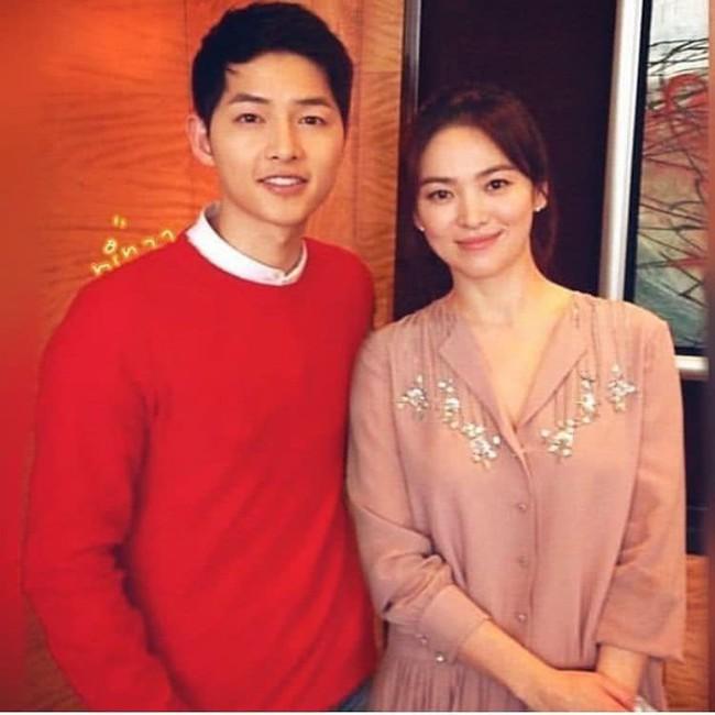 Song Joong Ki đăng ảnh ngọt ngào chụp cùng Song Hye Kyo đập tan tin đồn ly hôn nhưng sự thật là gì? - Ảnh 1.