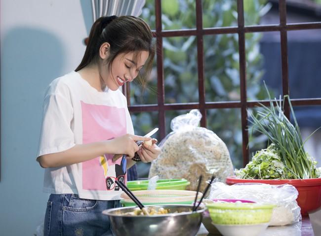 Ngọc nữ bolero Tố My vừa nấu ăn đãi fan vừa hát Bolero cực ngọt  - Ảnh 9.
