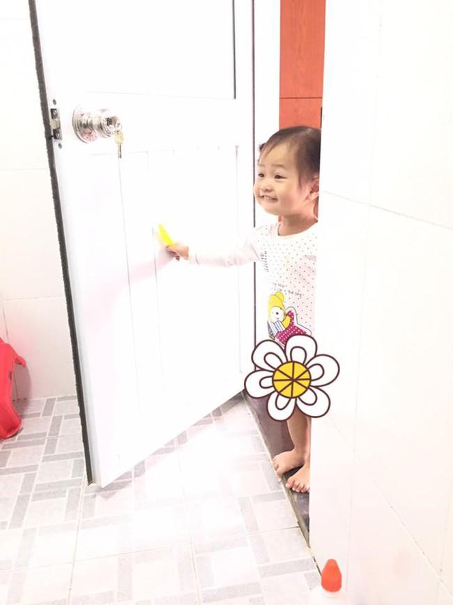 Mẹ trẻ kể khổ khi con nhỏ theo vào tận WC, ai ngờ dân mạng lại bị đốn tim vì sự dễ thương của cô bé - Ảnh 2.