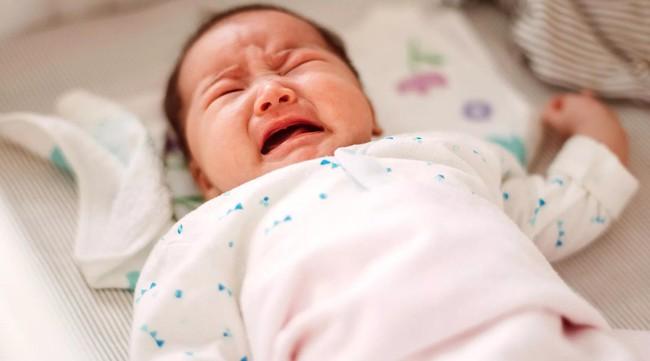 Bé trai 1 tuổi tắm xong đột ngột bị mù, đưa đến bệnh viện thì bác sĩ xác định nguyên nhân đến từ sai lầm của bà nội - Ảnh 1.