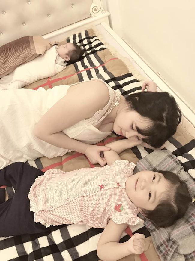 Em bé Lào Cai tái xuất bên mẹ nuôi Thanh Tâm, ai cũng bất ngờ vì cô bé càng lớn càng khác lạ - Ảnh 1.