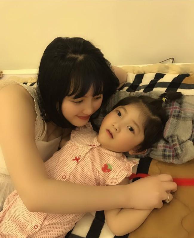 Em bé Lào Cai tái xuất bên mẹ nuôi Thanh Tâm, ai cũng bất ngờ vì cô bé càng lớn càng khác lạ - Ảnh 2.