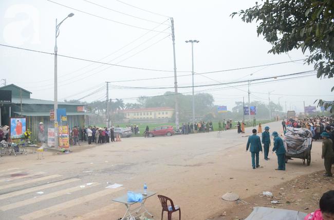 Hiện trường ngổn ngang vụ xe khách đâm đoàn người đưa tang khiến 7 người chết, 3 người bị thương nặng - Ảnh 4.