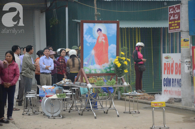 Hiện trường ngổn ngang vụ xe khách đâm đoàn người đưa tang khiến 7 người chết, 3 người bị thương nặng - Ảnh 5.