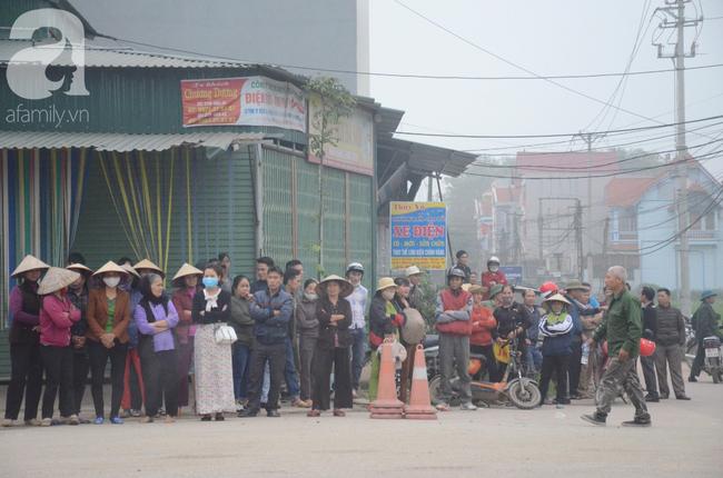 Hiện trường ngổn ngang vụ xe khách đâm đoàn người đưa tang khiến 7 người chết, 3 người bị thương nặng - Ảnh 6.