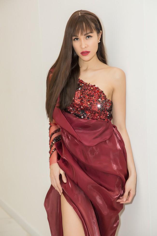 Có ai như Phương Mai: Diện váy dạ hội lộng lẫy nhưng chân lại đi... dép lê - Ảnh 4.