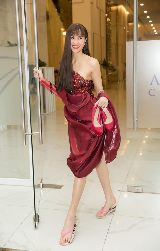 Có ai như Phương Mai: Diện váy dạ hội lộng lẫy nhưng chân lại đi... dép lê - Ảnh 13.