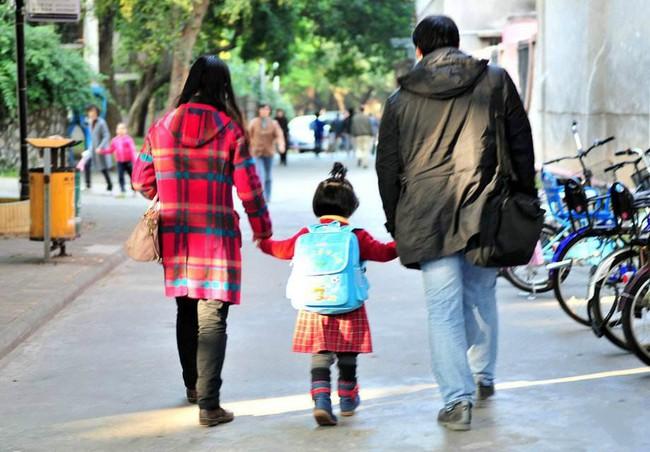 Chuyên gia chỉ ra có 3 câu không nên hỏi khi đón con từ trường mẫu giáo về, đa số bố mẹ nào cũng mắc phải - Ảnh 1.