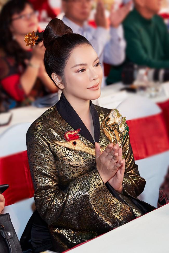 Lý Nhã Kỳ diện áo dài lấy cảm hứng từ Nam Phương Hoàng hậu gây bão phố đi bộ Nguyễn Huệ - Ảnh 1.