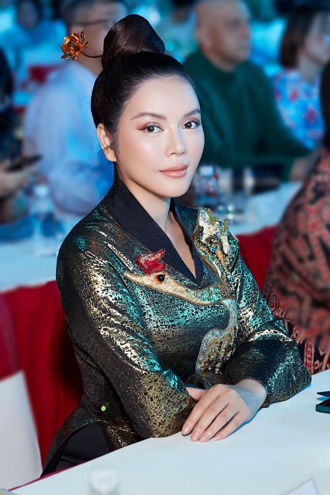 Lý Nhã Kỳ diện áo dài lấy cảm hứng từ Nam Phương Hoàng hậu gây bão phố đi bộ Nguyễn Huệ - Ảnh 2.