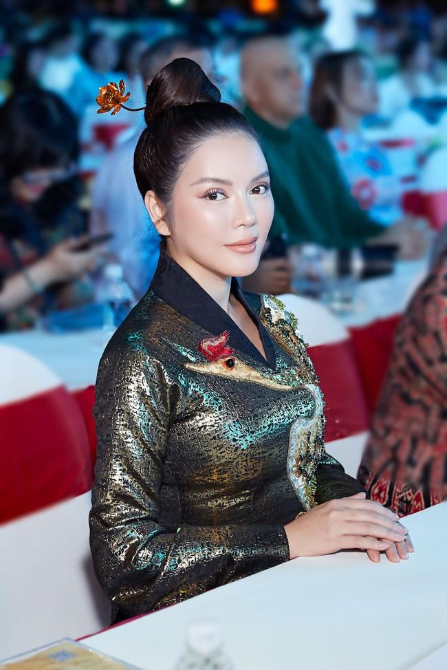 Lý Nhã Kỳ diện áo dài lấy cảm hứng từ Nam Phương Hoàng hậu gây bão phố đi bộ Nguyễn Huệ - Ảnh 3.