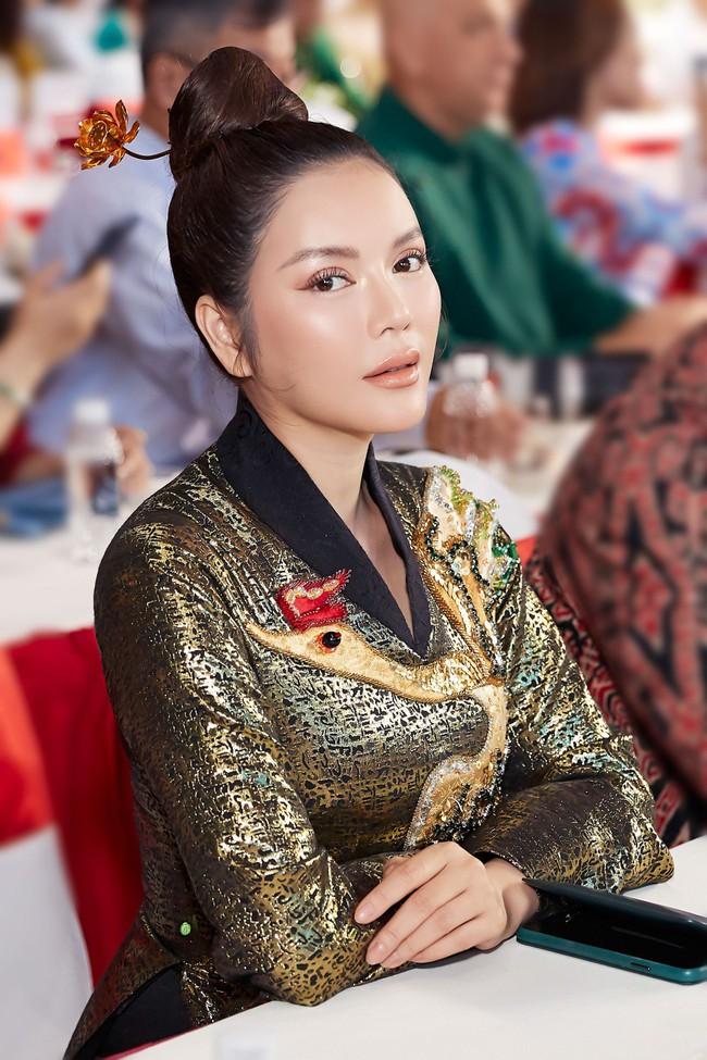 Lý Nhã Kỳ diện áo dài lấy cảm hứng từ Nam Phương Hoàng hậu gây bão phố đi bộ Nguyễn Huệ - Ảnh 4.