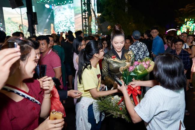 Lý Nhã Kỳ diện áo dài lấy cảm hứng từ Nam Phương Hoàng hậu gây bão phố đi bộ Nguyễn Huệ - Ảnh 5.
