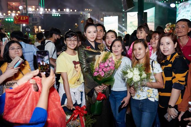 Lý Nhã Kỳ diện áo dài lấy cảm hứng từ Nam Phương Hoàng hậu gây bão phố đi bộ Nguyễn Huệ - Ảnh 6.