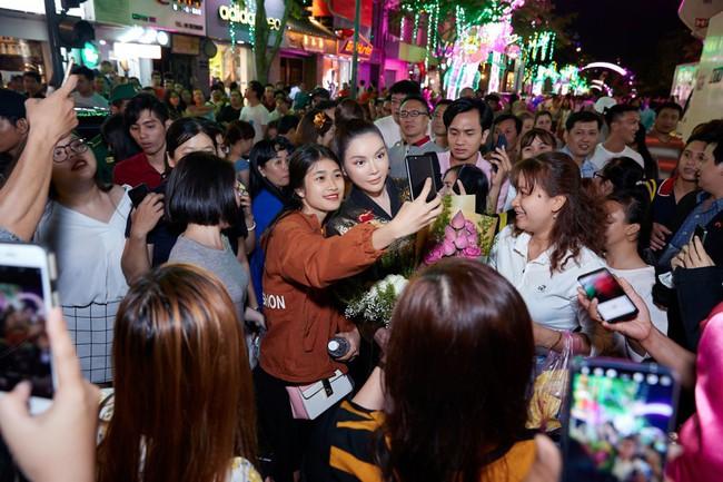 Lý Nhã Kỳ diện áo dài lấy cảm hứng từ Nam Phương Hoàng hậu gây bão phố đi bộ Nguyễn Huệ - Ảnh 7.