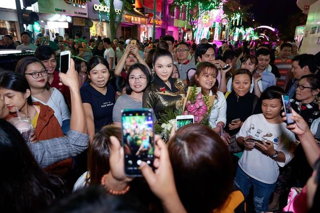 Lý Nhã Kỳ diện áo dài lấy cảm hứng từ Nam Phương Hoàng hậu gây bão phố đi bộ Nguyễn Huệ - Ảnh 8.