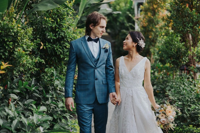 Có gì trong bộ ảnh cưới tuyệt đỉnh thanh lịch và cực chịu chơi ở Hội An, phí dự tính 500 triệu, khiến báo nước ngoài ngợi ca hết lời - Ảnh 1.