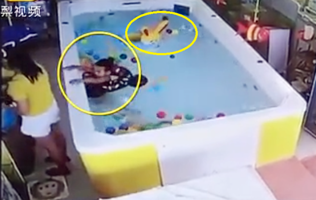 Hè đã cận kề cha mẹ đặc biệt chú ý tránh những lỗi lầm phổ biến này để bảo vệ con khỏi đuối nước khi đi bơi - Ảnh 3.