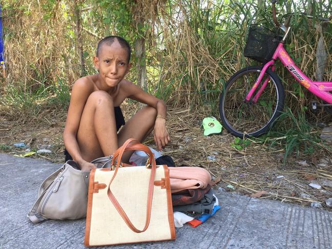 Lộ diện sau hơn 2 năm mất tích, ngôi sao trẻ triển vọng Thái Lan một thời gây sốc với vẻ ngoài tàn tạ, đi ăn xin kiếm sống - Ảnh 3.