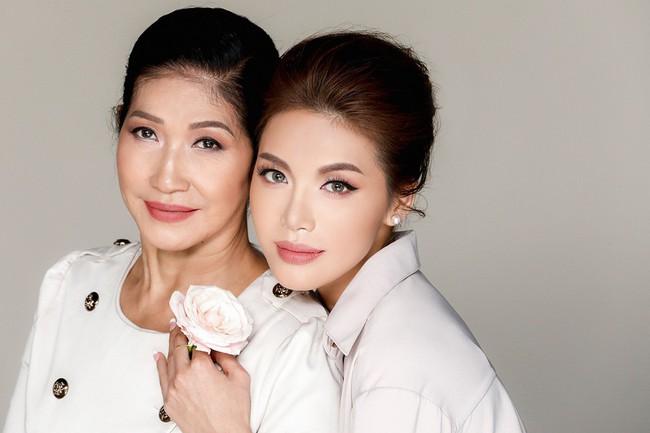 Chụp ảnh cùng con gái, mẹ Minh Tú khiến ai cũng xuýt xoa vì quá trẻ trung, xinh đẹp  - Ảnh 1.