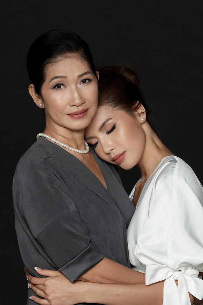 Chụp ảnh cùng con gái, mẹ Minh Tú khiến ai cũng xuýt xoa vì quá trẻ trung, xinh đẹp  - Ảnh 2.
