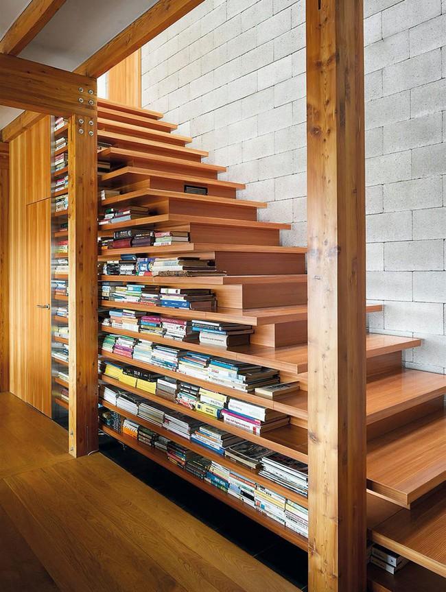 10 mẫu thiết kế cầu thang kiêm tủ sách dưới đây sẽ biến nhà bạn trở thành một thư viện đích thực - Ảnh 9.