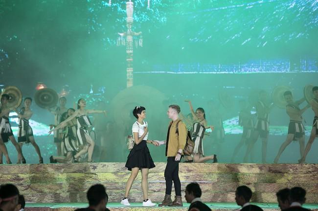 Hoa hậu HHen Niê gây ngỡ ngàng khi ăn mặc như học sinh ngồi xe công nông tiến vào sân khấu - Ảnh 5.
