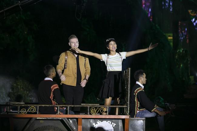 Hoa hậu HHen Niê gây ngỡ ngàng khi ăn mặc như học sinh ngồi xe công nông tiến vào sân khấu - Ảnh 1.